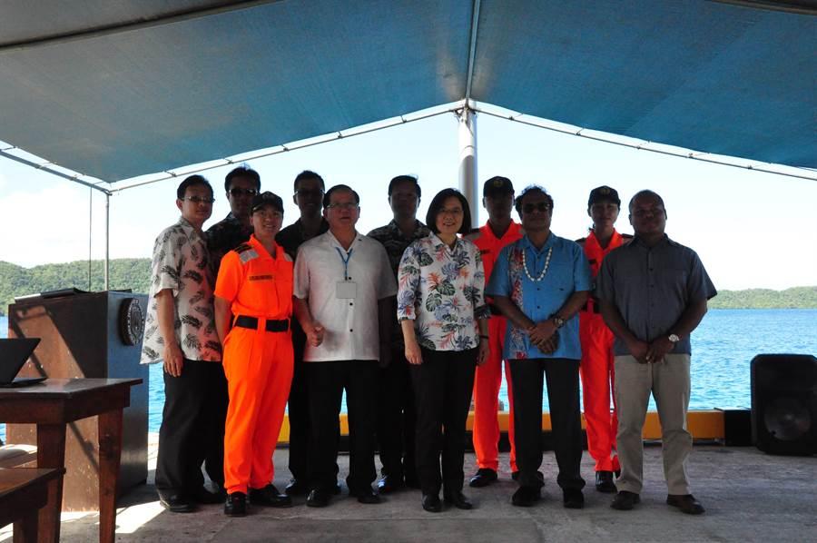 帛琉總統〈前排右二〉與海巡署長陳國恩(前排左二)觀看聯合演習後合照。(圖/海巡署提供)