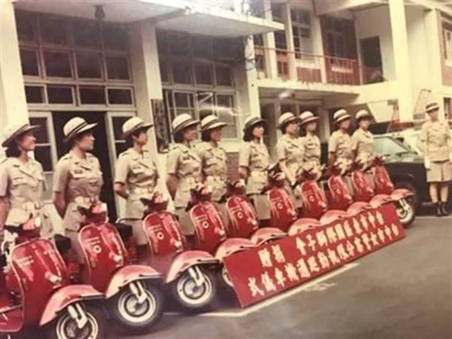 早期男警騎的是黑白顏色的三陽、光陽125警用機車,第一代「女警隊」警用機車,在民間社團贊助下,配發10輛偉士牌比雅久100c.c.紅色機車,並舉辦受贈儀式。(張妍溱翻攝)