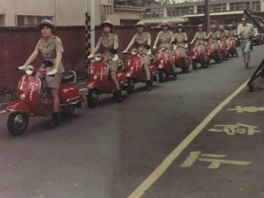 台中市第一代「女警隊」編制10名女警,騎乘「比雅久100c.c.」紅色機車,遶行台中市中、西區(五權路、民權路、公園路、建國路等),相當吸睛。(張妍溱翻攝)