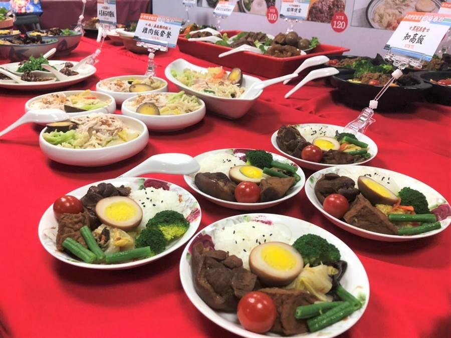 台北市傳統市場節「天下第一攤」今舉行評審團大賞,眾多美食一字排開。(吳堂靖攝)