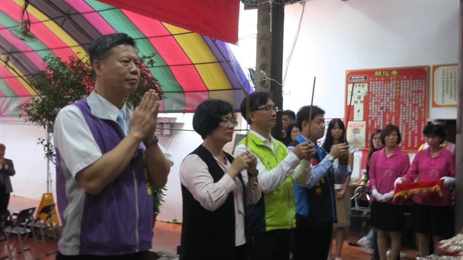 民政處長賴致富(左起)、彰化縣長王惠美和彰化市長林世賢一同上香祈福。(謝瓊雲攝)