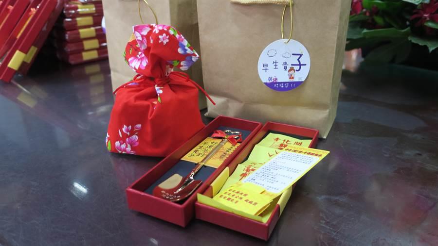 彰化縣政府為了催生精心準備的金鏟子,和祝生好孕包,都有彰化市開化寺註生娘娘加持過。(謝瓊雲攝)