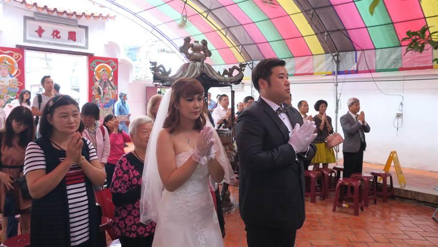綽號「維尼」的34歲員林市民江宏緯,與女友「嘉嘉」曹嘉芳交往近四年,上午由外婆、媽媽和岳母陪同,盛裝出席祈福儀式。(謝瓊雲攝)