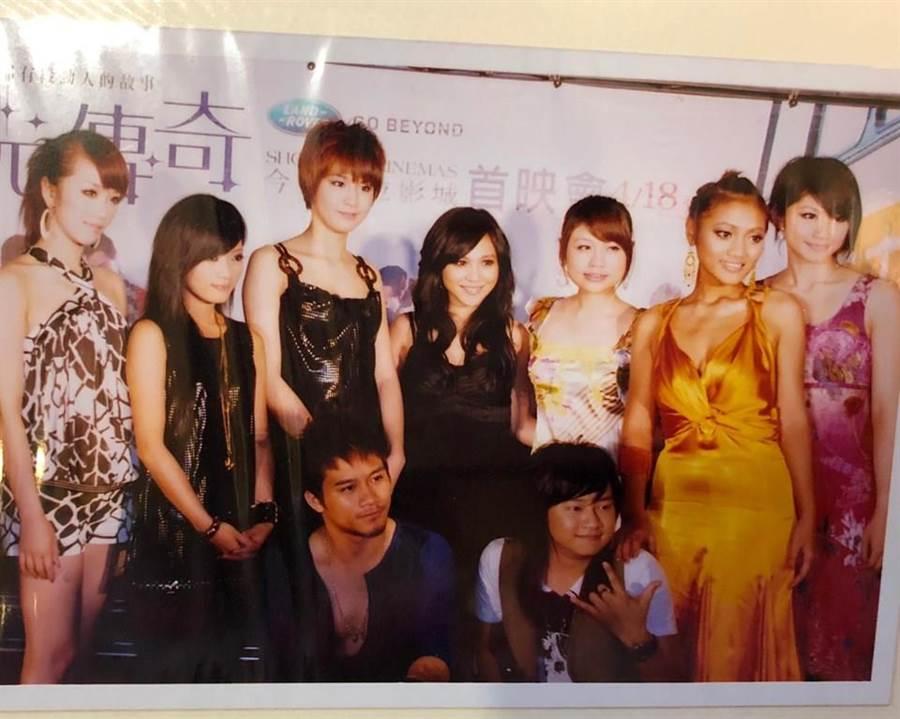 林佩瑤(左一)曬出當年星光二班的團體照,意外發現葉瑋庭(右二)當時穿著性感大贏身邊其他女星。(圖/翻攝自林佩瑤臉書)