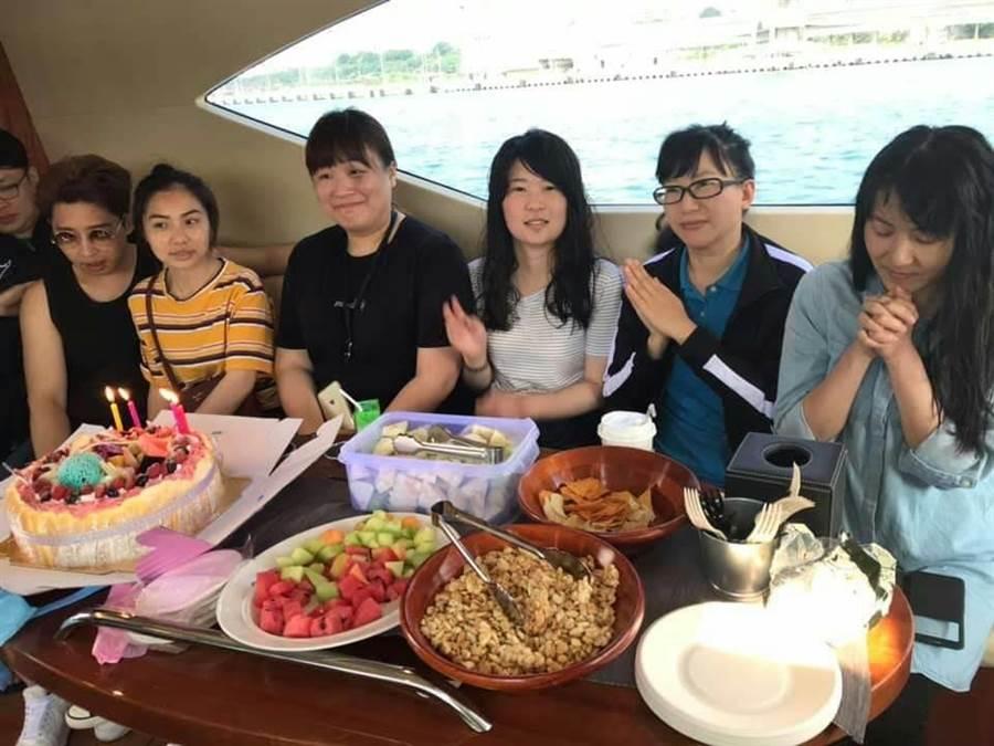 搭遊艇在海上宴客聚會,別有一番情趣。(蔚藍遊艇俱樂部提供)