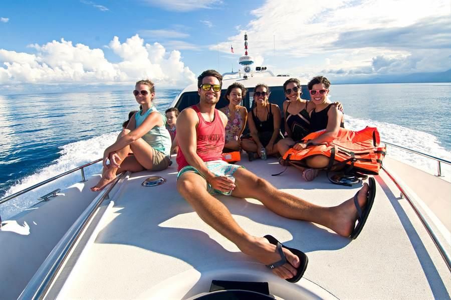 在美麗東海岸的藍天白雲下,參與遊艇宴會,是人生一大樂事。(蔚藍遊艇俱樂部提供)