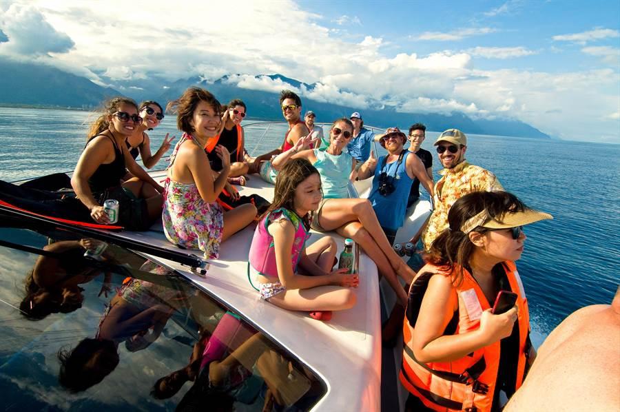 不分國內外遊客,逐漸愛到花蓮享受遊艇休閒樂趣。(蔚藍遊艇俱樂部提供)