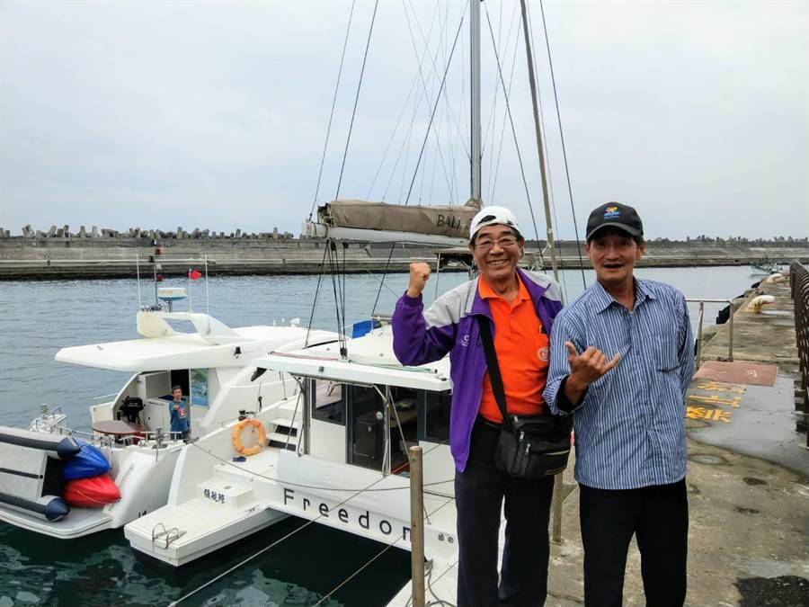 「領航鯨」號船長簡文振(右)與蔚藍海岸遊艇俱樂部經理王聰明(左)對東部遊艇事業深具信心。(范振和攝)