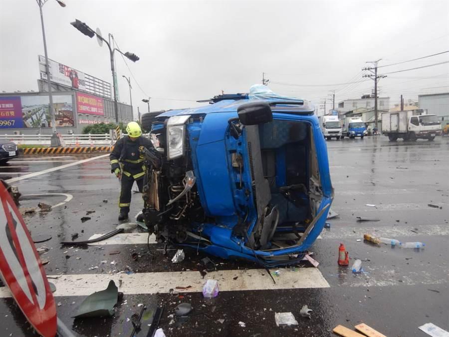 台中市西屯區中科路6日中午發生一起自小貨車撞倒交通號誌,造成翻車交通事故。(盧金足翻攝)