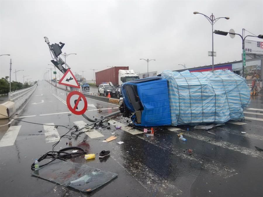 一輛自小貨車6日從中科路要開往福雅路方向時,疑下橋煞車滑行自撞號誌。(盧金足翻攝)