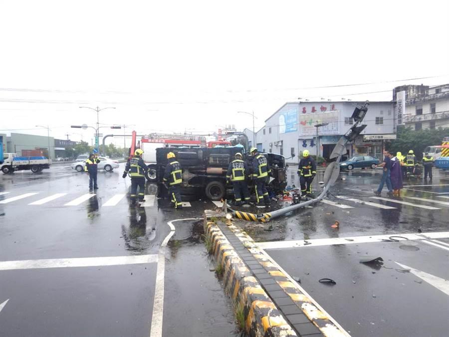 今日天雨路滑,翻車後,車頭撞毀,玻璃碎裂一地,肇事原因待進一步釐清。(盧金足翻攝)