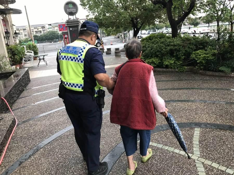 員警認出游姓阿嬤,迅速找到她的住址送她返家。(馮惠宜翻攝)