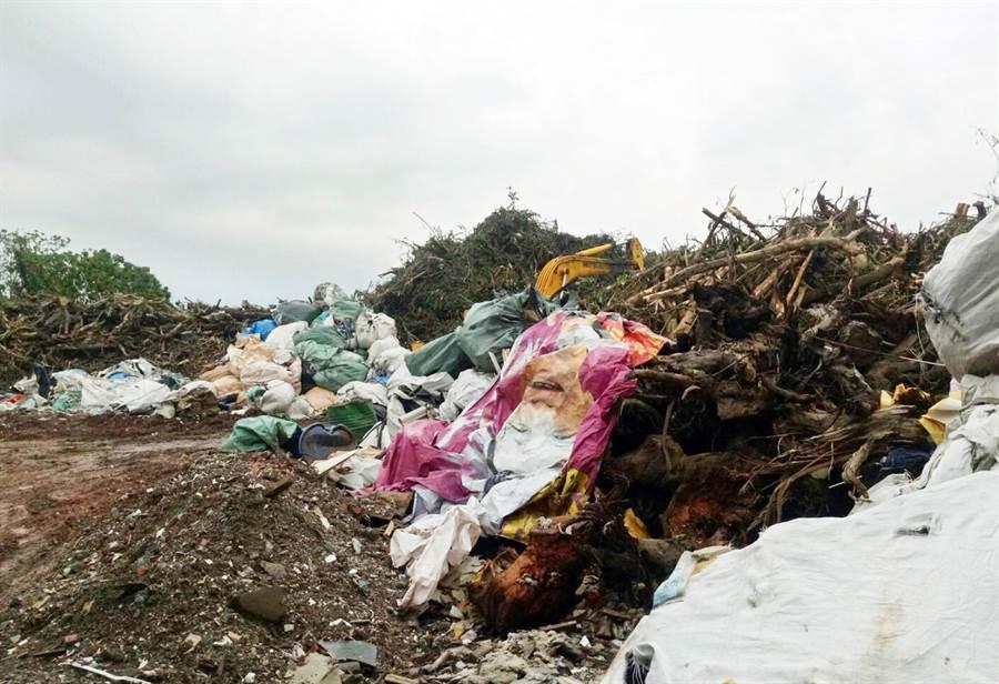 屏縣環保局於萬巒鄉農地查獲非法堆置廢棄物,現場數量初估超過400公噸。(林和生翻攝)