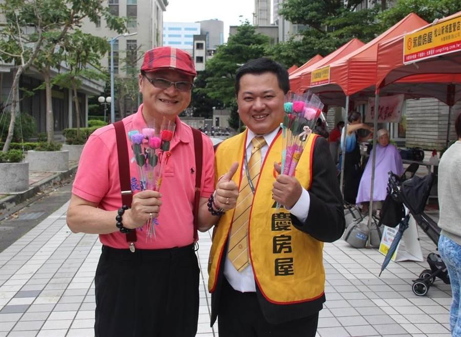 永慶房屋攜手與龍田里里長袁俊麒(左)歡慶感恩母親活動。(圖/永慶房屋 提供)