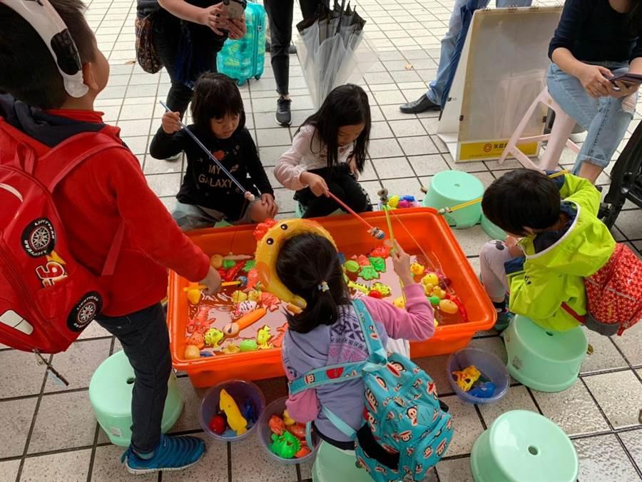 永慶房屋松城店特地幫小朋友們準備互動小遊戲。(圖/永慶房屋 提供)