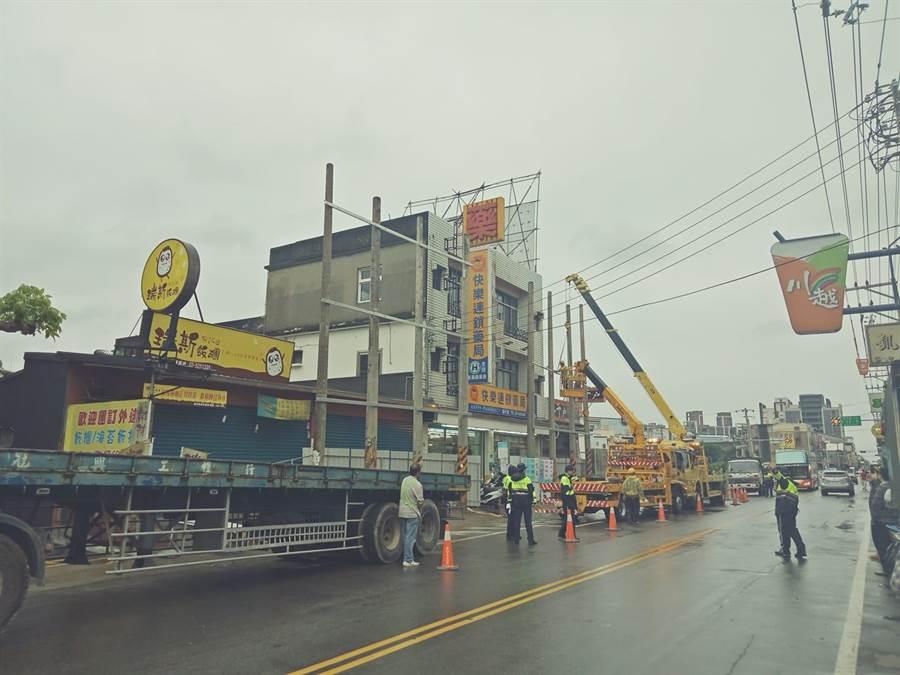 新竹市府6日強制拆除延平路上8根電線桿及鐵皮。(翻攝自《新竹爆料公社》)