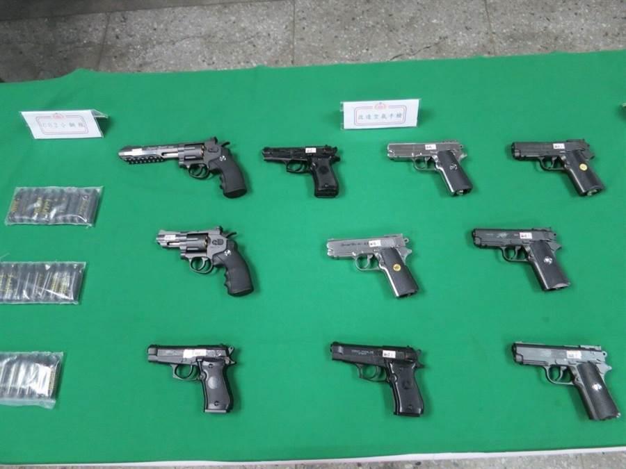 憲兵202指揮部會同檢警在桃園地區查獲10把改造手槍。圖憲指部提供