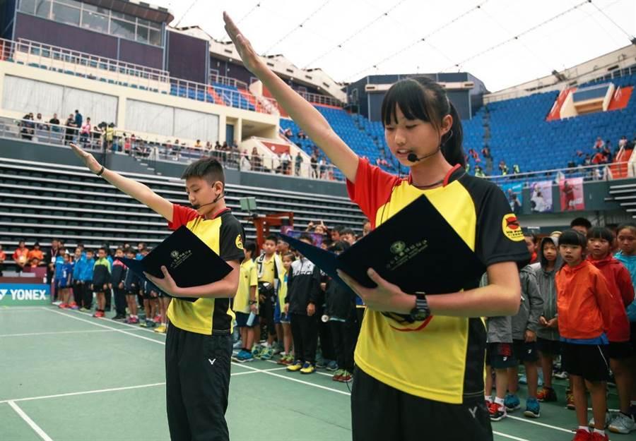 108年全國羽球團體錦標賽開幕典禮,由民權國小雷騏甫(左)、丁子甯(右)代表選手誓師。(中華羽協提供)