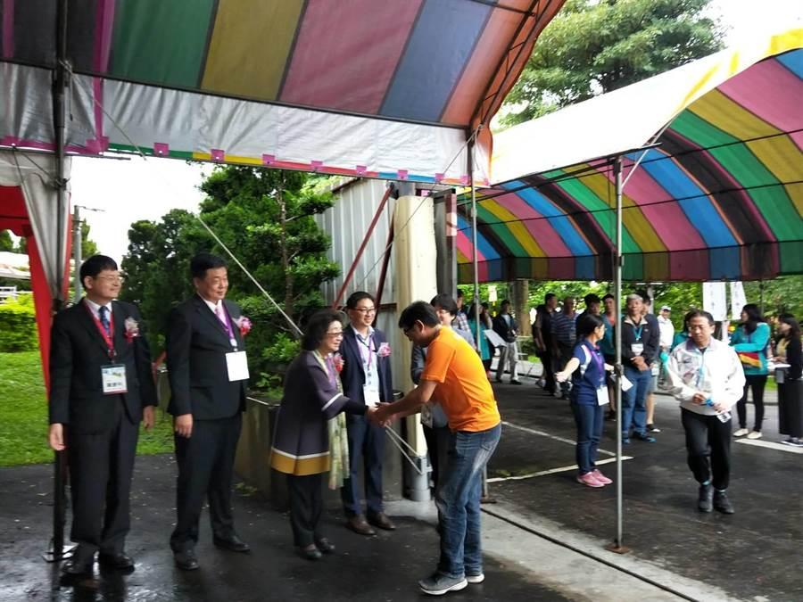 170名試務工作人員下午在唱名後,魚貫進入位於豐原的國家教育研究院台中院區圍場。(陳淑娥攝)
