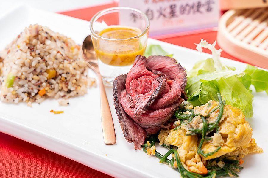 大口老師讚賞安東市場馬師原創料理的來自火星的便當,採用健康十榖黎麥飯,非常清爽順口。(台北市市場處提供)