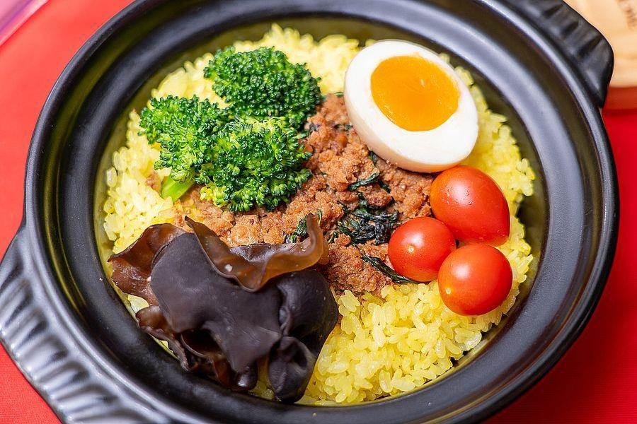 李政上評審認為中崙市場泰好吃的打拋豬肉飯,整道料理相當爽口。(台北市市場處提供)