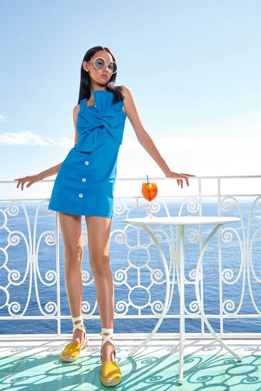 微風廣場新櫃PORTSPURE,是PORTS 1961副牌,兼顧時尚與功能性,蝴蝶結牛仔洋裝1萬280元。(微風提供)