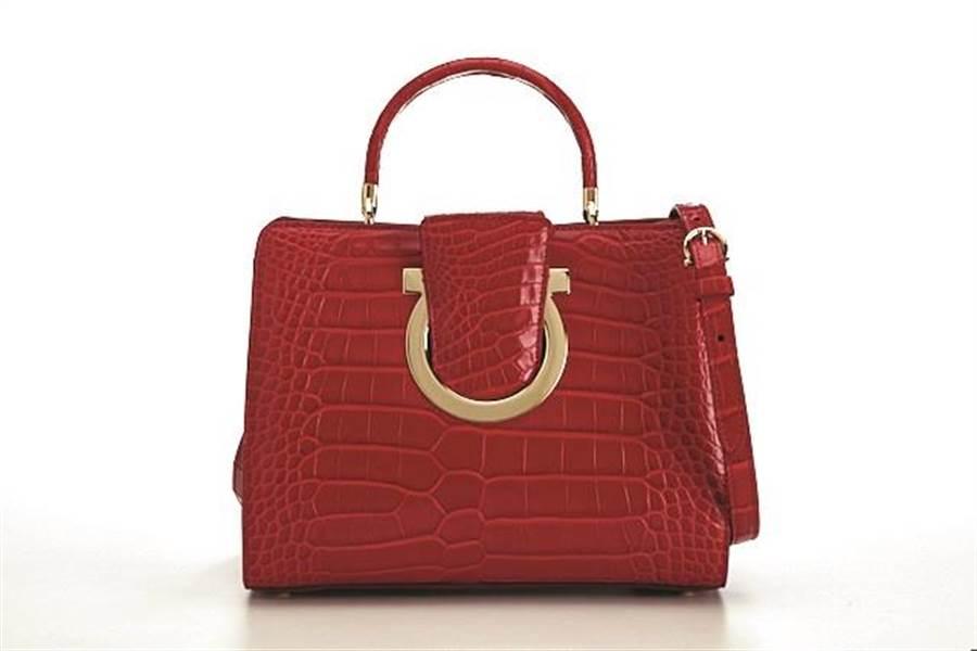 微風廣場獨家Salvatore Ferragamo THEA紅色鱷魚皮提包,全台限量2只,41萬9000元。(微風提供)