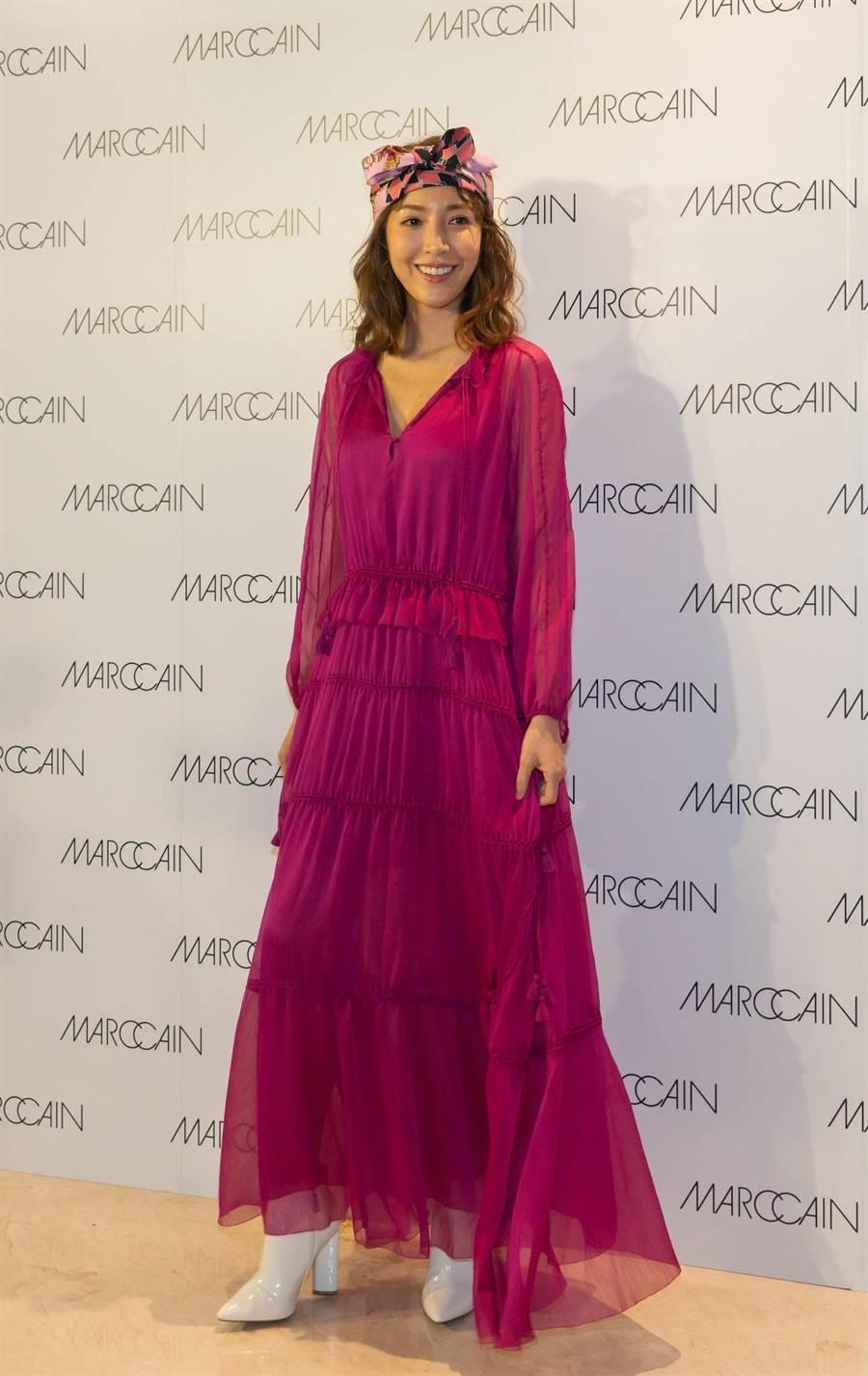 楊謹華以桃紅色長洋裝,搭配碎花頭巾,現身德國的頂級女裝品牌旗艦店開幕儀式。(Marc Cain提供)