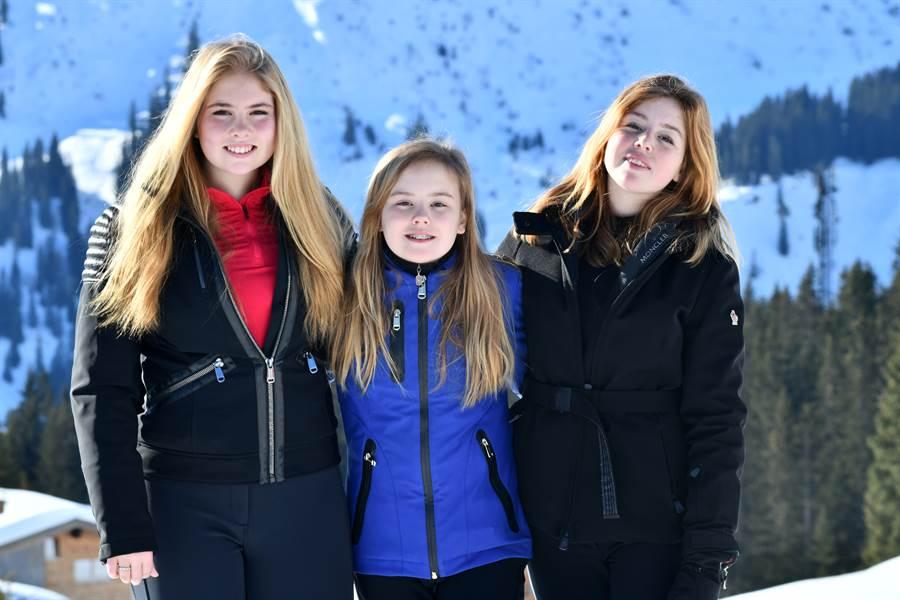 荷蘭國王亞歷山大與皇后麥克西瑪育有三女兒,15歲的長女(左1)阿瑪利亞(Amalia)是未來的準女王。(圖/達志影像提供)