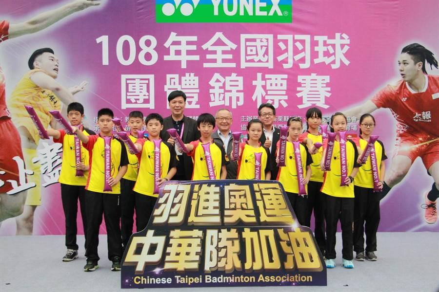 全國羽球團體錦標賽6日開幕,眾人為中華隊加油並獻上祝福「羽進奧運」。(何冠嫻攝)