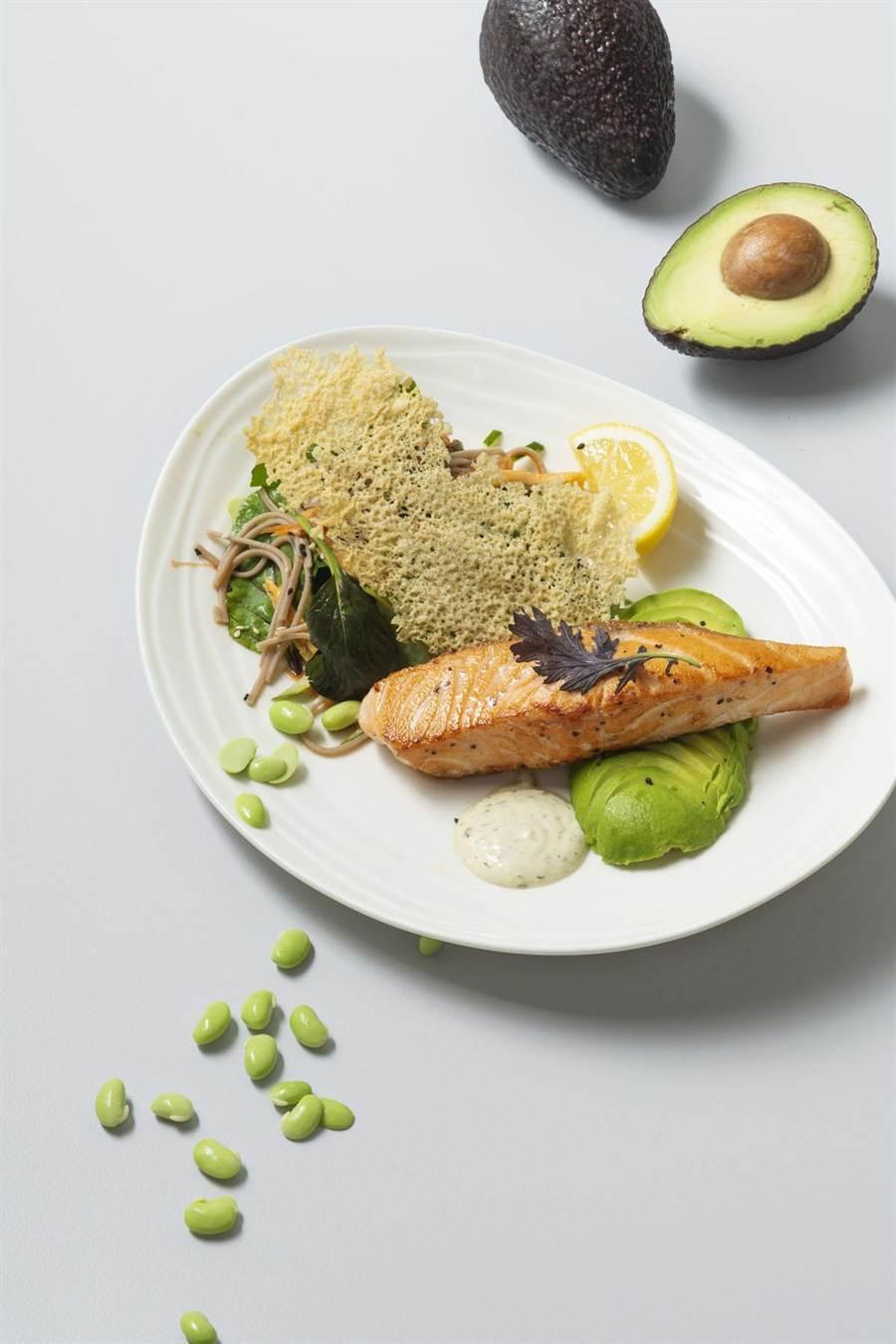 BELLAVITA B2 HALEAKALA鮮綠青蔬鮭魚排520元,8日當天第2份半價。(BELLAVITA提供)
