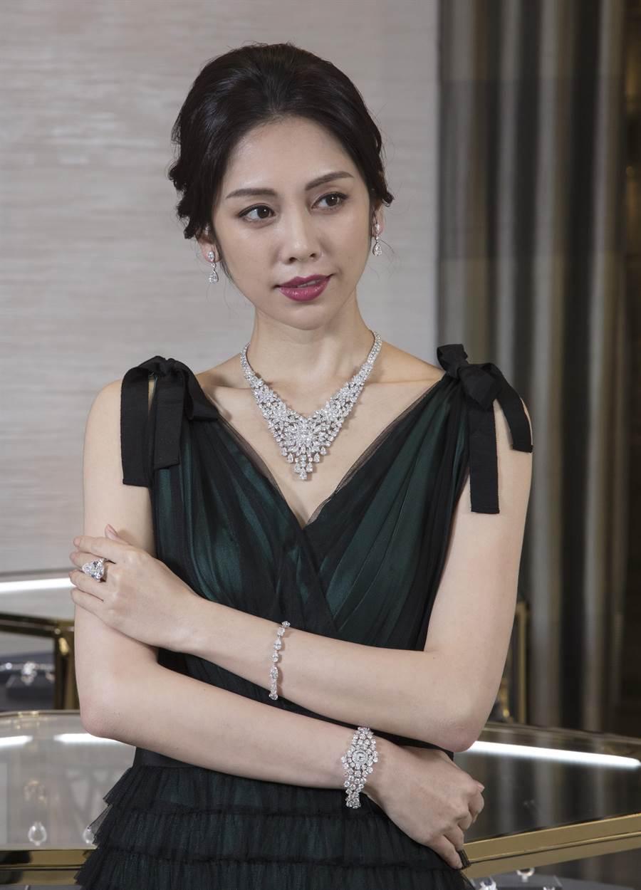 模特兒展示系出史上第二大顆白鑽原石Lesedi La Rona的18.38克拉梨形鑽戒,以及總重逾100克拉的鑽石項鍊。(GRAFF提供)