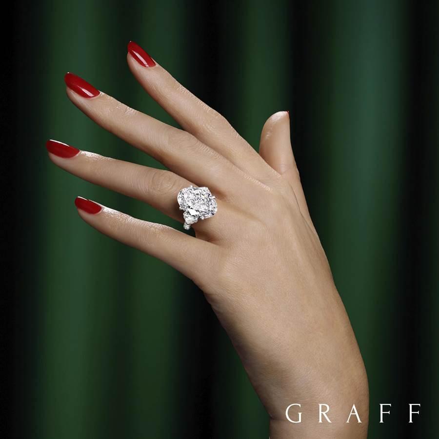 格拉夫從史上第二大顆白鑽原石Lesedi La Rona切割而來的11.12克拉橢圓形鑽石戒指,鑽石系出名門、更添奢華。(GRAFF提供)