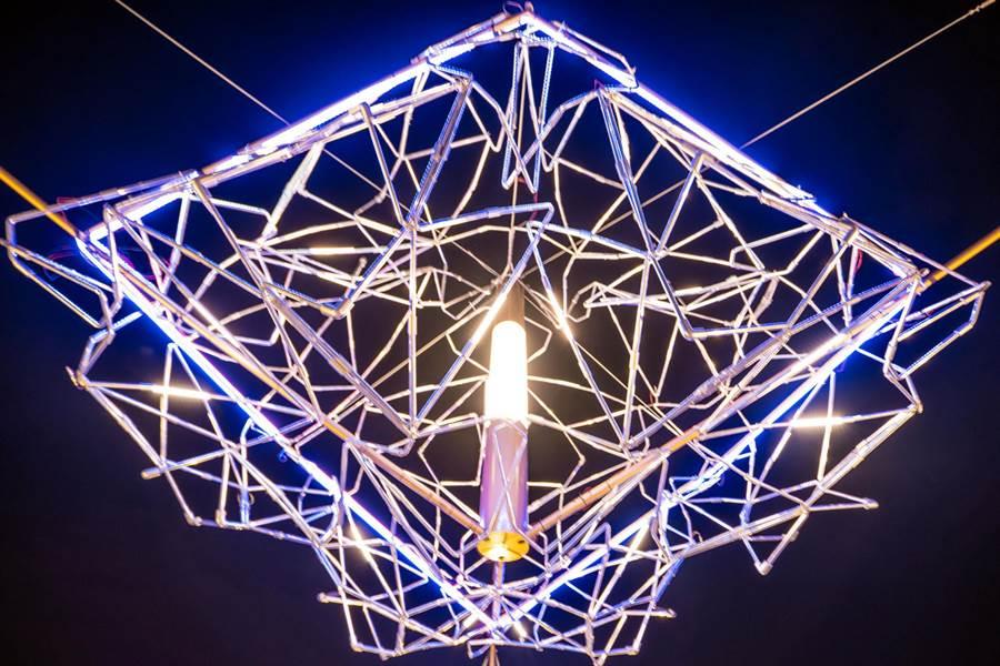 白睿騰以「線花」獲得義大利國際設計大獎金獎肯定。(林和生翻攝)