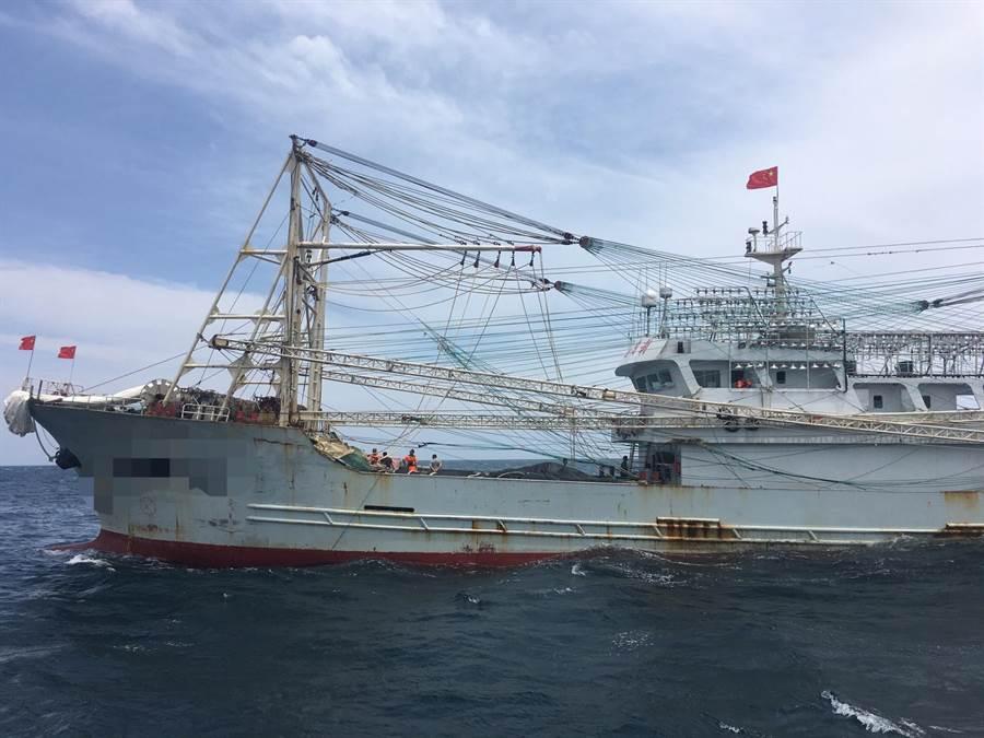 淡水海巡隊攔截越界大陸漁船。(譚宇哲翻攝)
