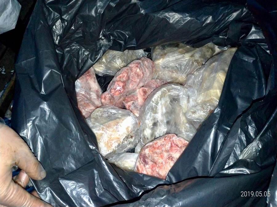 海巡隊員在大陸漁船上查獲31公斤不明豬肉。(譚宇哲翻攝)