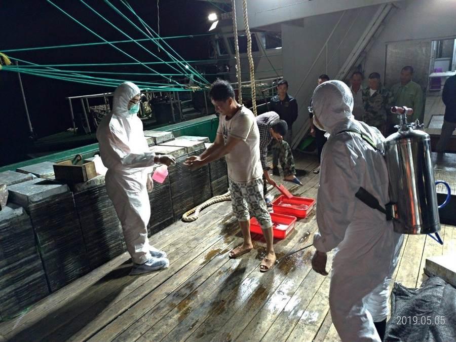 檢疫人員到場將人船消毒後,押返台北港調查。(譚宇哲翻攝)