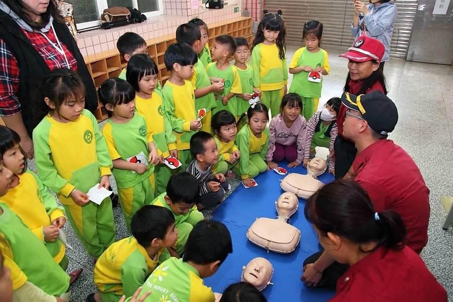 消防員扮寶可夢角色教學童防溺。(埔心分隊提供)