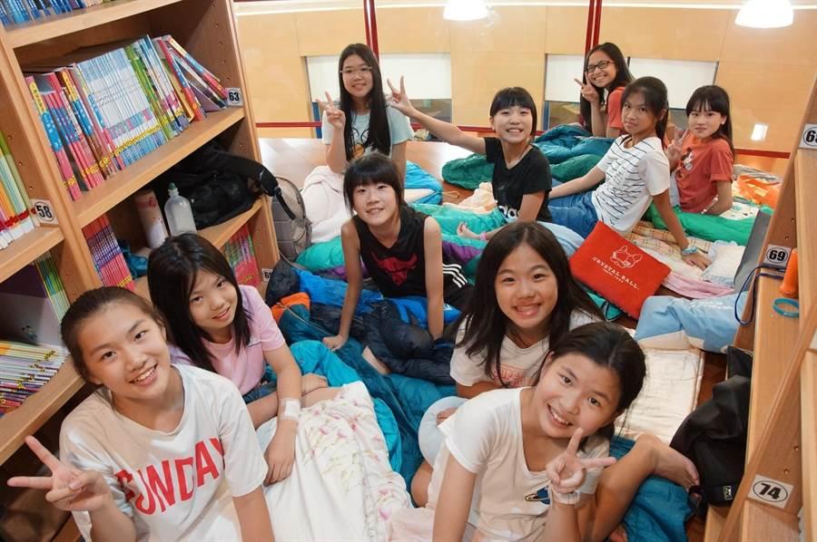 「星空夜語」夜宿圖書館,小朋友相當期待又開心,在充滿書卷香氣的圖書館內,小朋友和老師們互道晚安,帶著意猶未盡的笑容進入夢鄉。(張妍溱翻攝)