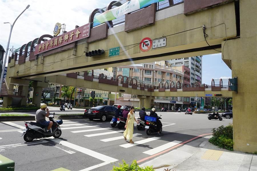 台中市豐原區圓環南路陸橋將拆除,引發附近學校家長恐慌。(王文吉攝)