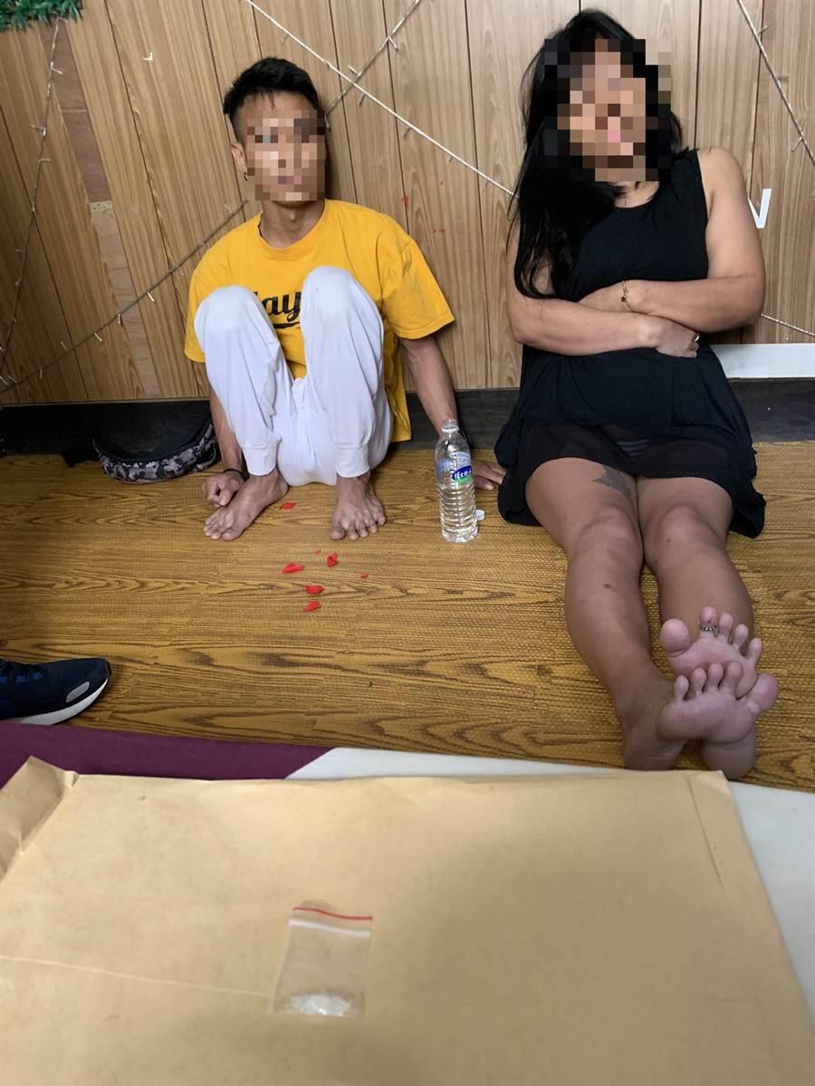 警方破門而入,印尼女移工嚇得癱坐在地。(陳淑娥翻攝)