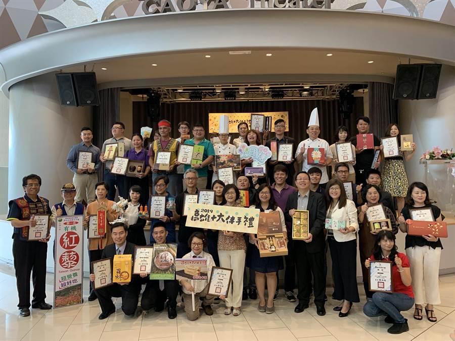 高市觀光局選出十大伴手禮,力拚貨出去,輔導在亞洲各大電商上架銷售。(柯宗緯攝)
