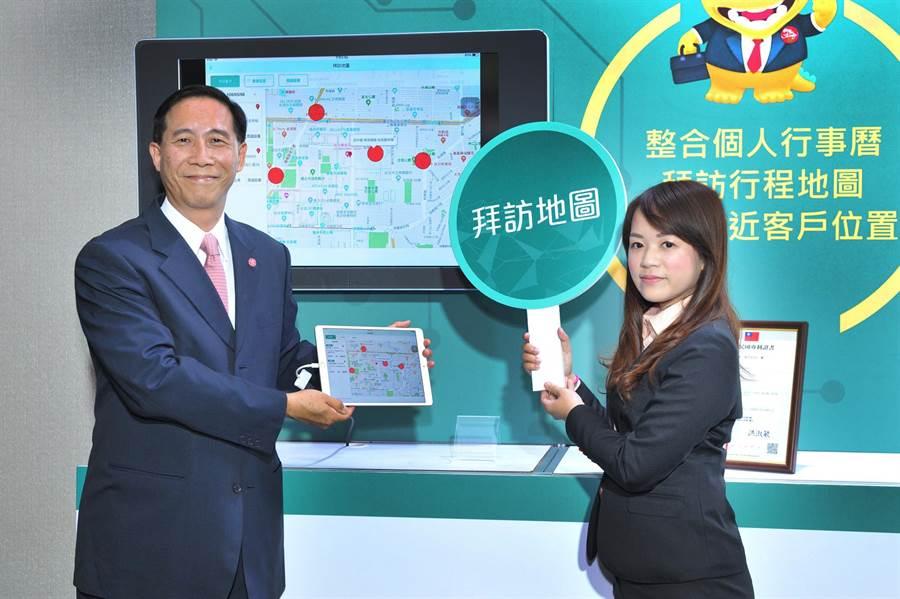 台灣人壽今(6)日舉辦「智能幫手iKASH」上線記者會,由台灣人壽總經理莊中慶(圖左)展示這套全新上線APP亮點功能。(台灣人壽提供)