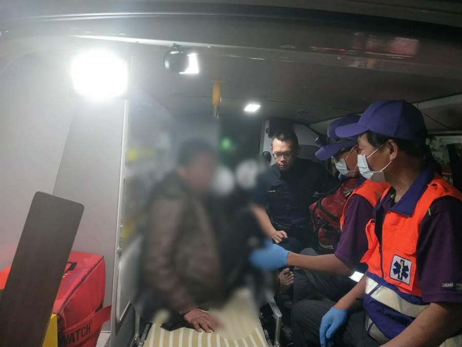 桃園市龜山區47歲蕭姓男子,龜山警方獲報後,趕緊送往醫院治療。(賴佑維翻攝)