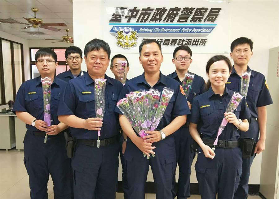 台中市警局第四分局提前過母親節,春社派出所員警人手一束康乃馨,都說要帶回去獻給媽媽、妻子。(黃國峰攝)