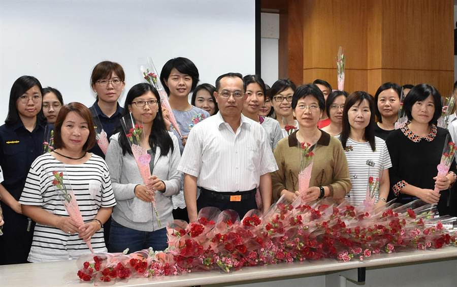 台中市警局第四分局提前過母親節,由副分局長王偉益(左3)代表致贈康乃馨給員警們。(黃國峰翻攝)