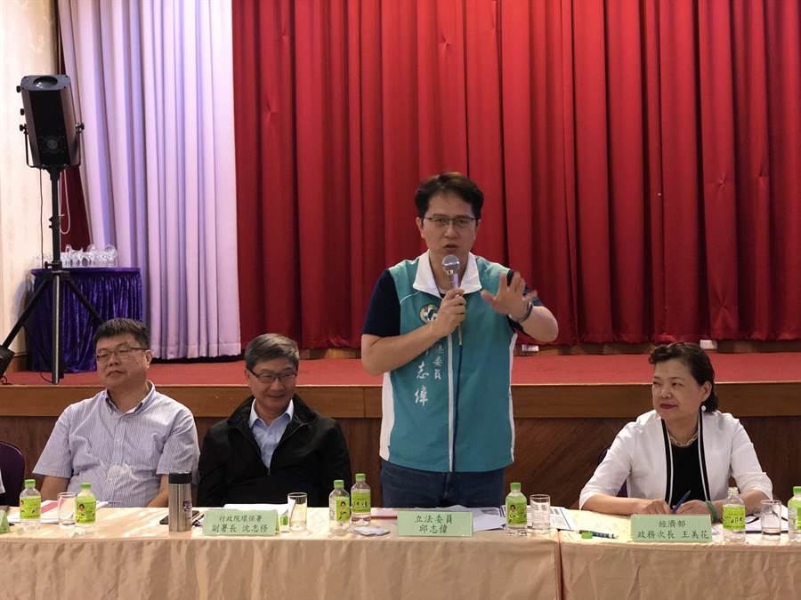 民進黨立法委員邱志偉(右二)日前舉辦「工廠管理輔導法修法」說明會。(林瑞益翻攝)
