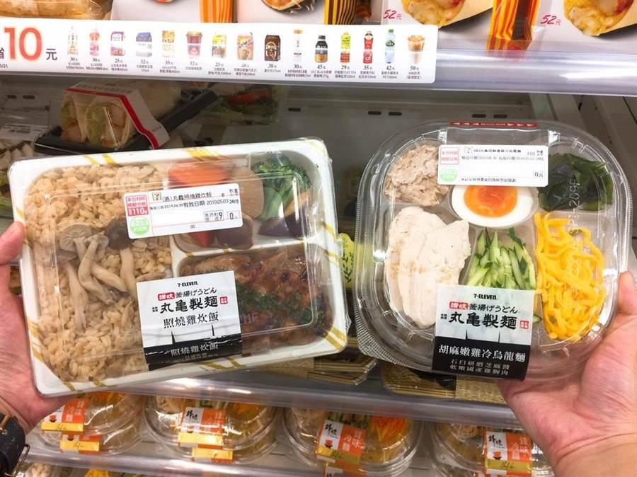 「丸亀胡麻嫩雞冷烏龍麵」(圖右,售價79元)與「丸亀照燒雞炊飯」(圖左,售價85元),即日起於300多間7-ELEVEN門市搶先販售。(7-ELEVEN提供)