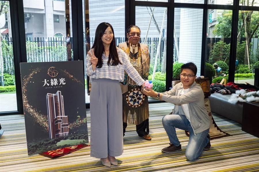 「綠光森活節」氣氛佳,1名住戶求婚抱得美人歸。(柯宗緯攝)