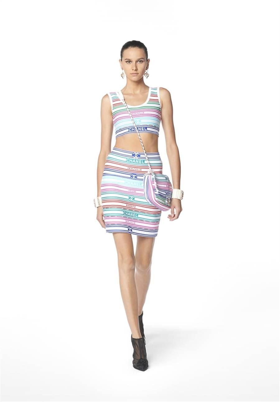 這次撞衫的彩虹短裙來自香奈兒,要價將近1900美金。(圖/翻攝自www.dispatch.co.kr)